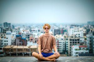 ビル群の中で瞑想する人