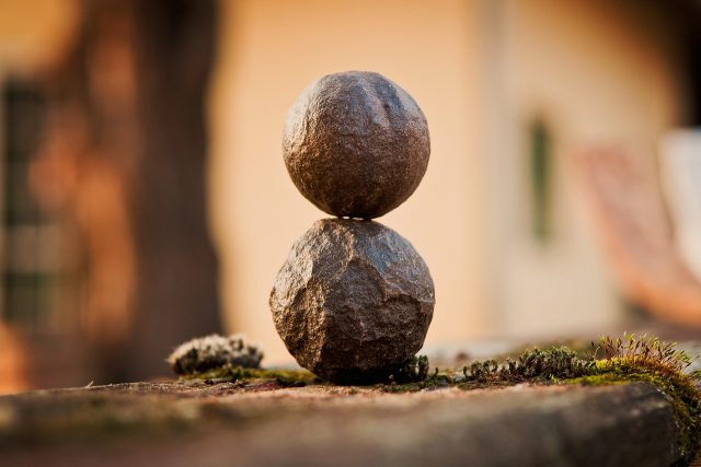 積まれた2つの丸い石